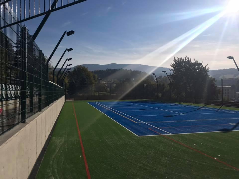 Hřiště pro atletiku, tenis, fotbal i školní tělovýchovu