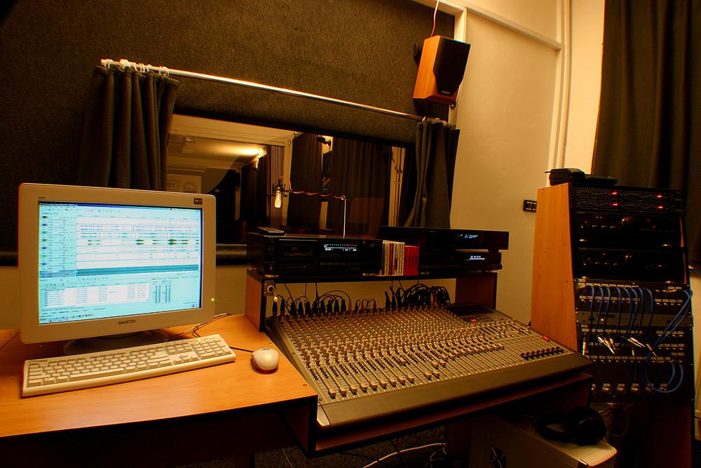 Dabingové služby a lokalizace videí - odhlučněná zvuková kabina