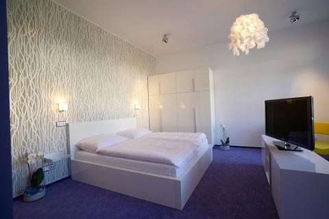 Ciesz się zakwaterowaniem w luksusowych apartamentach w otoczeniu górskim Czech, prywatną wanną z hydromasażem i basenem