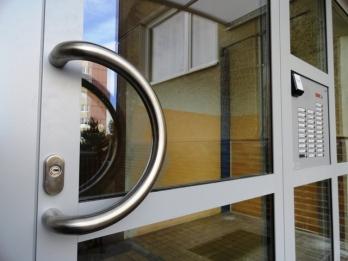Nová zelená úsporám - hliníkové vchodové dveře pro rodinné domy i průmyslové budovy