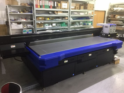 Malosériový digitální tisk - profesionální potisk skla, plexiskla, dřeva, kovových výrobků
