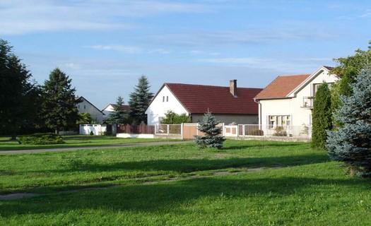 Malá obec s bohatou historií, okres Nymburk