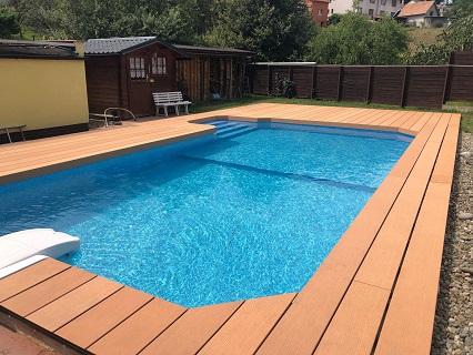prkna s protiskluzovým povrchem vhodná k bazénu