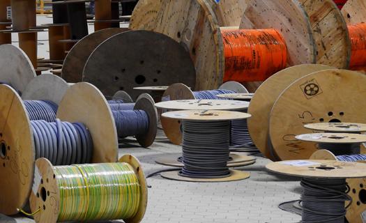 Široký sortiment s elektromateriálem, elektrickými kabely, zásuvkami i osvětlením, prodej