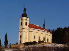 Obec Konecchlumí s barokním kostelem, tvrzí a kulturním životem