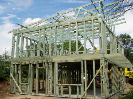 Příhradové vazníky a střešní konstrukce pro průmyslové a komerční objekty - výroba, montáž