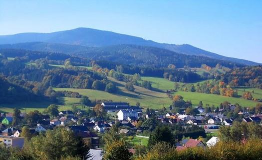 Obec Lipová-lázně na rozhraní Rychlebských hor a Hrubého Jeseníku se sportovním vyžitím