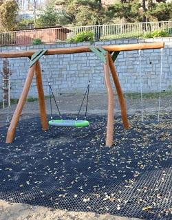 Lehátko, houpačka tzv. hnízdo pro relaxaci na zahradě