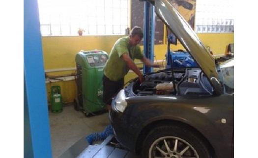 Opravy automobilů, výměna olejů, výfuků, brzd i plnění klimatizací