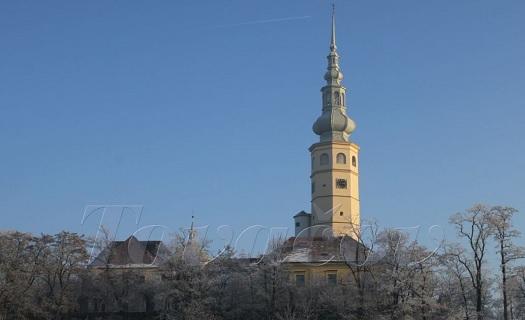 Město Tovačov se stejnojmenným zámkem a s 96m nejvyšší věží v Česku.