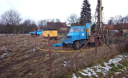 Rekonstrukce a čištění vrtaných i kopaných studní pro rodinné domy, obce či sportovní areály.