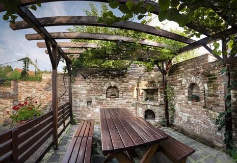 Příjemné ubytování ve Valticích, komfortní pokoje, vinný sklep, snídaně a večeře na terase