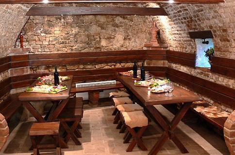 Posezení ve vinném sklípku ve Valticích s degustací, občerstvením a ubytováním