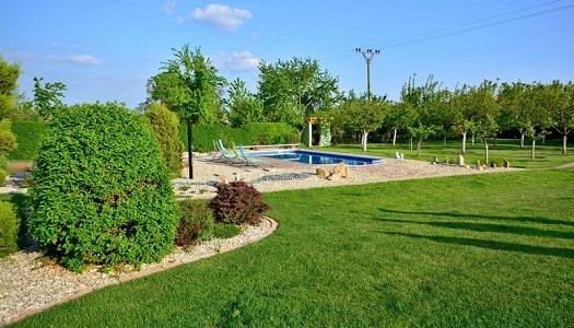 Zahrada s venkovním bazénem
