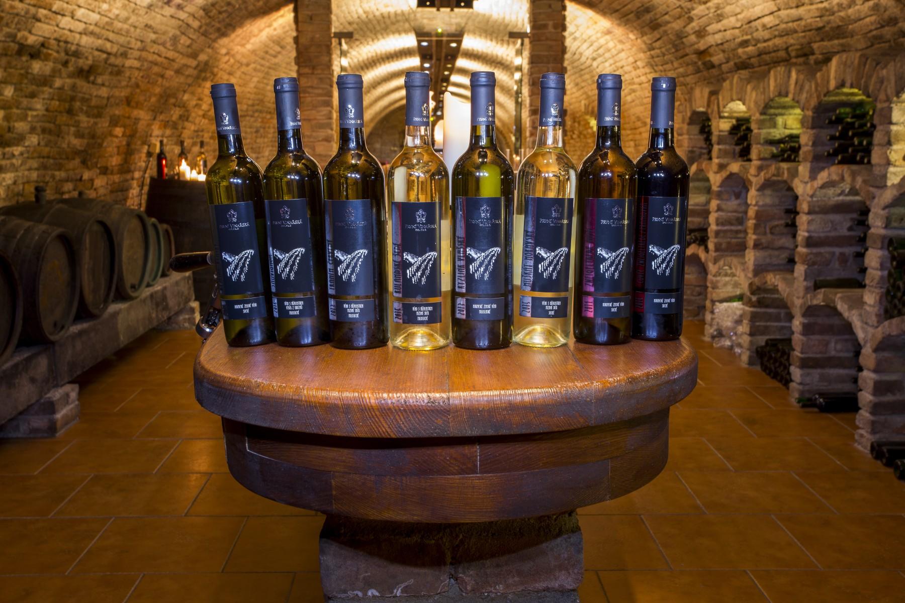 Eshop, prodej dárkových balení vín – moravské bílé a červené víno z rodinného vinařství
