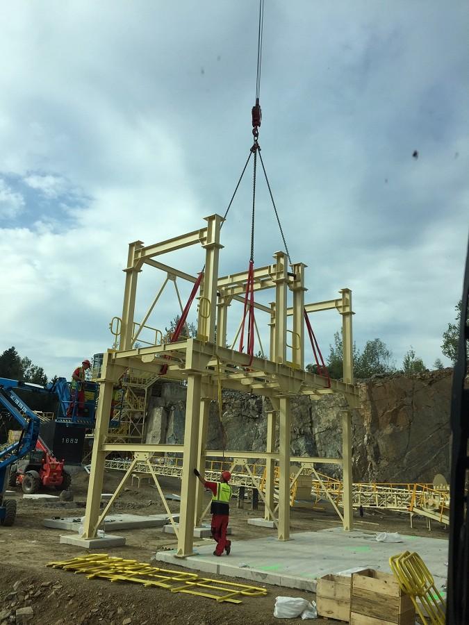 Práce s autojeřábem LIEBHERR 1030.2 s nosností až 35 tun a dosahem 45 metrů.