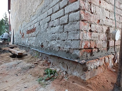 podřezání cihelného zdiva řetězovou pilou
