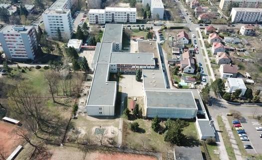 Základní škola, Hradec Králové - bezbariérový přístup Pouchov, keramická dílna, internet