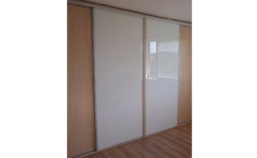 Zakázková výroba moderních skříní na míru - vestavěné skříně s důrazem na praktičnost a precizní provedení