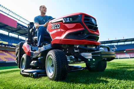 Sekací travní traktory Seco na stadiony a fotbalové hřiště