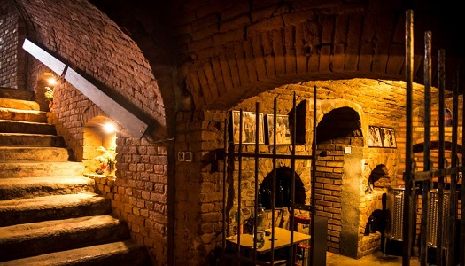 Posezení a oslava ve vinném sklepě - večeře a řízená degustace vína se sommeliérem