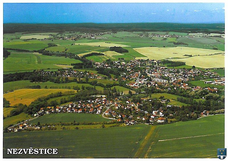 Malebná vesnička v západních Čechách, pamětihodnosti, umělá vodní nádrž a letní restaurace