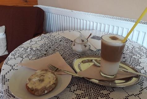 skvělá káva a koláče v kavárně Nakafe