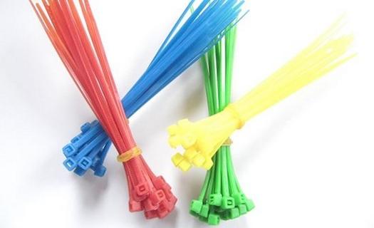 Plastový spojovací materiál, upevňovací prvky