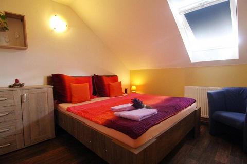 Pohodlné ubytování s polopenzí v rodinném penzionu s komfortně zařízenými pokoji