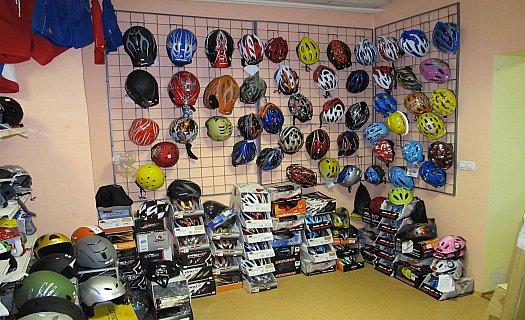 Cyklistické a lyžařské helmy, dětské sedačky i brusle