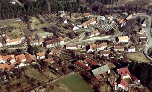 Obec Uhřínov, okres Žďár nad Sázavou, přírodní park, ski areál Fajtův kopec, rozhledna, kostel