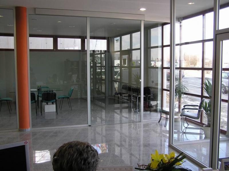 Celoskleněné příčky, dveře a stěny od společnosti ALUWIN s.r.o.,