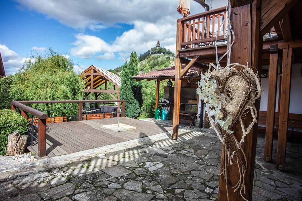 Zahradní svatba v hotelu, svatební obřad v romantickém zahradním altánu