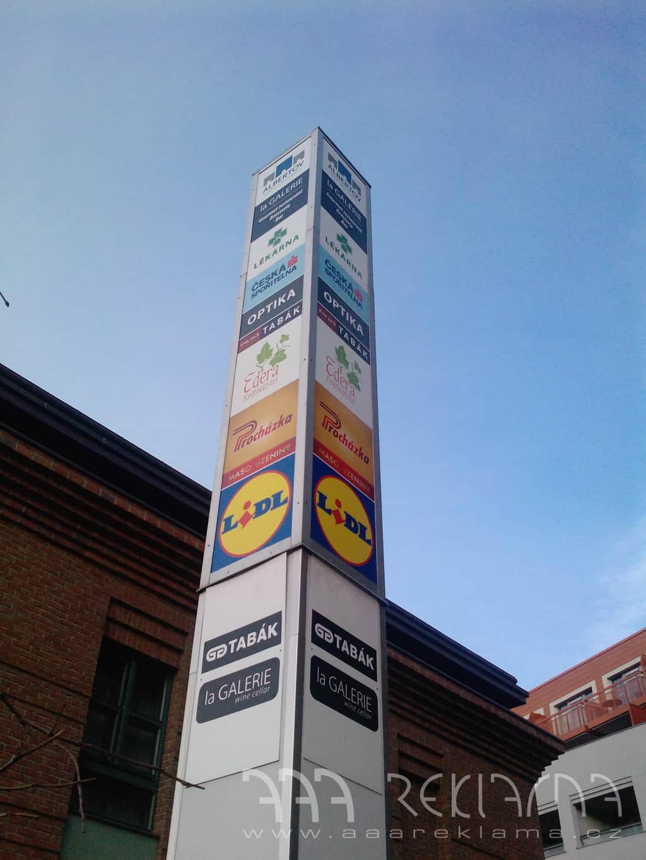 Reklamní a firemní cedule, navigační totemy a bannery, vlajky