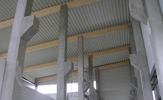 Sloupy, vazníky, výstavba průmyslové haly