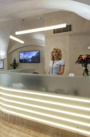 Hotelové služby, pokojové služby a nepřetržitá recepce