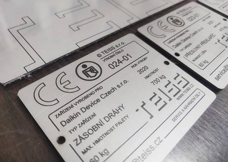Gravírování technických štítků pro stroje - laserové i mechanické gravírování CNC frézou