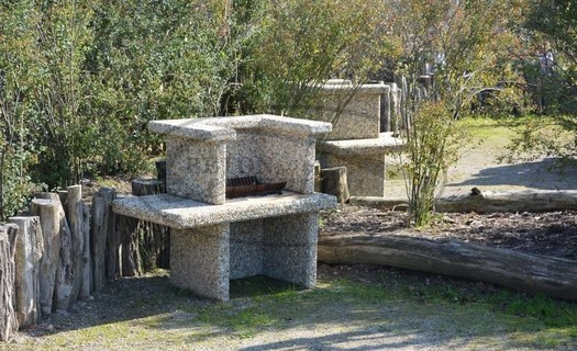 Zahradní architektura, lavičky, stoly, krby