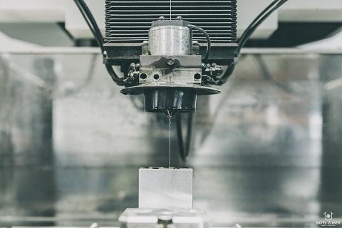 Technologie elektro-erozivní obrábění umožňuje výrobu složitějších tvarů pro lisovací stroje