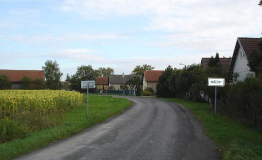 Obec Kněžičky, okres Nymburk ve Středočeském kraji, poblíž národní přírodní rezervace Kněžičky