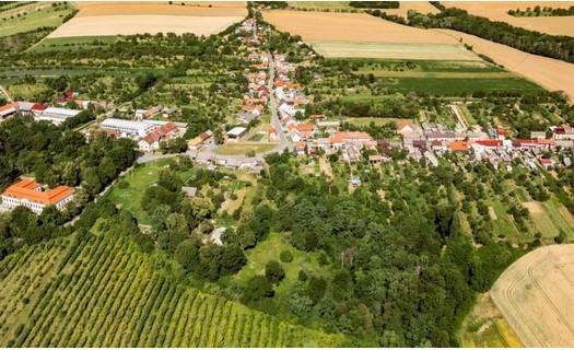 Obec Troubky-Zdislavice, okres Kroměříž, zámek Zdislavice, hrobka Marie von Ebner-Eschenbach
