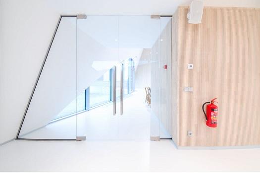 Celoprosklené bezrámové příčky AL I -  moderní vybavení firemních interiérů