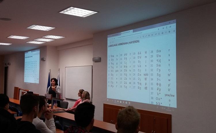 Obchodní akademie se zaměřuje na studium ekonomiky, financí, účetnictví a cizích jazyků