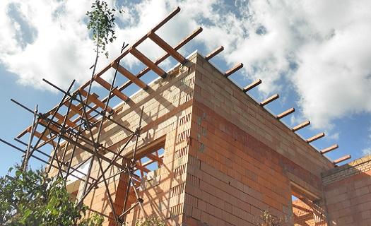 Montáž plochých střech pro komerční a firemní budovy - dřevěné střešní konstrukce