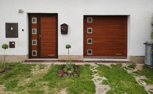 Hliníkové vchodové dveře s automatickým zamykáním – široká škála barevných dekorů