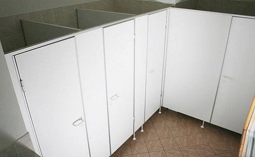 Montované sprchové a WC kabiny a zástěny HPL pro sportoviště a koupaliště