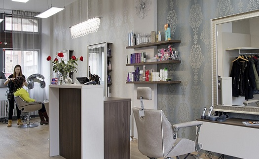 Kadeřnické služby a dokonalá péče o vlasy - stříhání, barvení a mytí, prodej výrobků