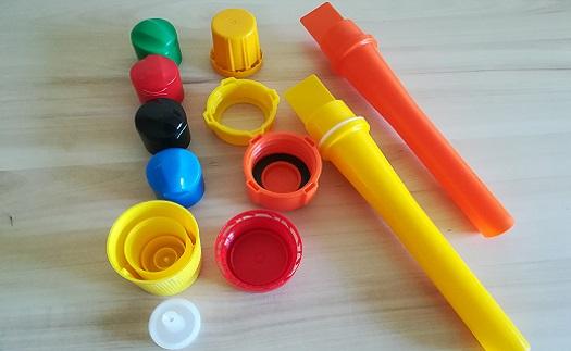 Výroba plastových uzávěrů, výlisků a forem na zakázku - vstřikování, kompletace