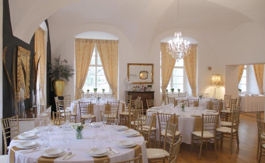Firemní akce, svatby, ubytování na zámku - pro hosty venkovní bazén