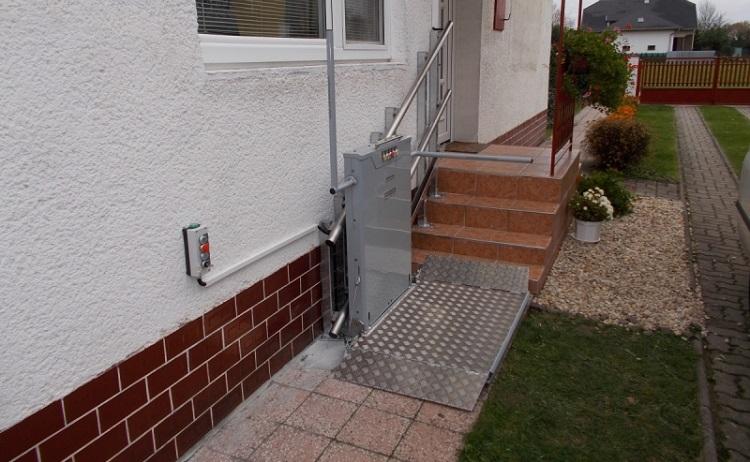 Zvedací či schodišťové plošiny usnadní přístup do všech budov handicapovaným lidem